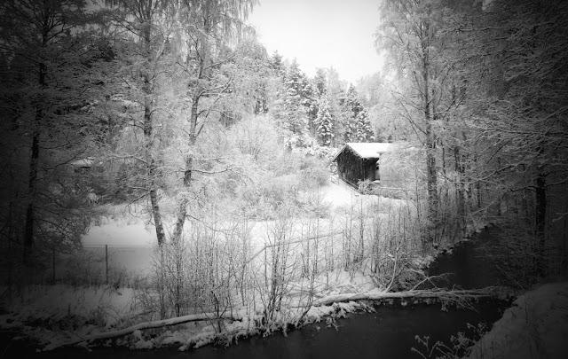 vanha mökki - talvinen maisemakuva - mustavalkoinen pinhole