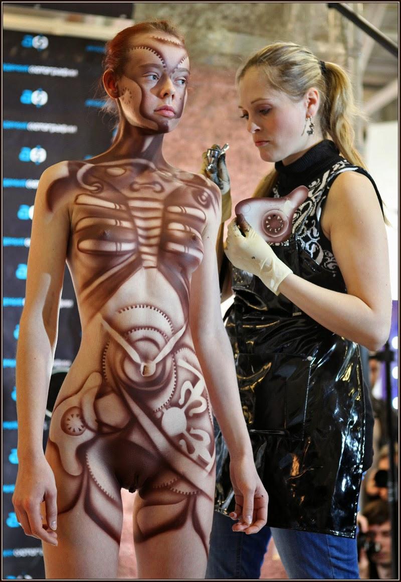 femme en tabliant faisant un body paint sur une modèle
