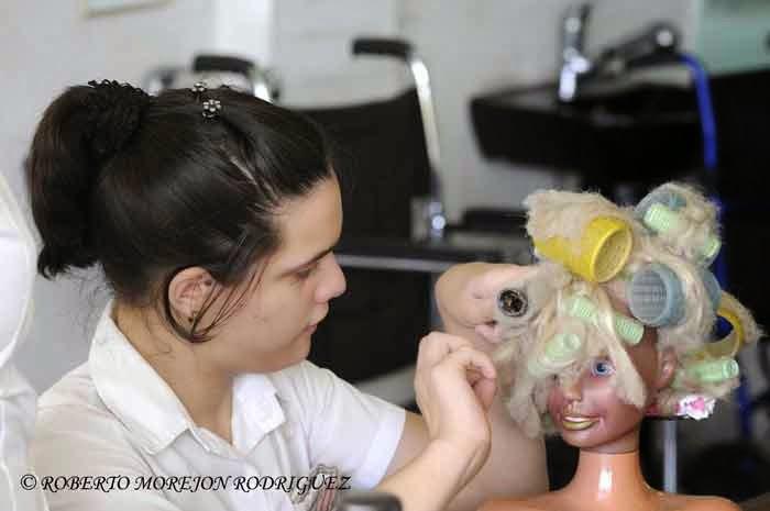 Pionera trabajando en el taller de peluquería de la escuela especial Solidaridad con Panamá, en La Habana, el 9 de septiembre de 2014.