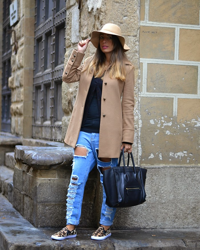 jeans e cappotto color cammello