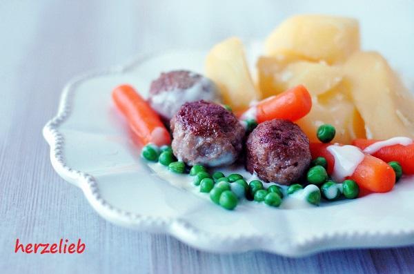 Die Zutaten für Wikingertopf: Möhren, Erbsen, Fleischbällchen