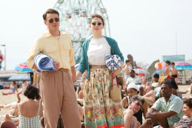 Saoirse Ronan und Emory Cohen am Strand.