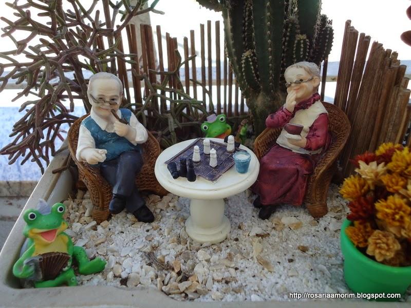 artesanato mini jardim:Dei um banho nas peças de resina porque já estavam bem sujinhas, e