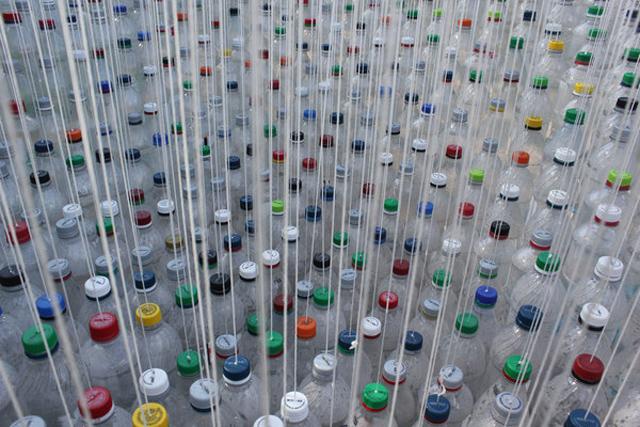Garrafas PET parcialmente cheia de água usadas na cobertura de estacionamento