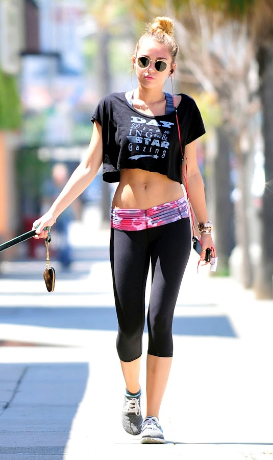 Miley Cyrus looks amazing in tight black photo