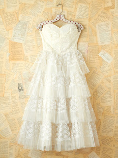 Vintage white lace and tulle party dress with tiered hemline and strapless sweetheart neckline