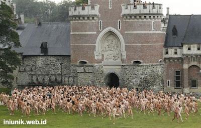 800 Orang Bugil dalam Perang Bantal Belgia - www.iniunik.web.id