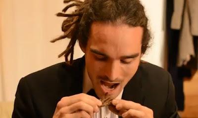 hombre se come tarantula viva