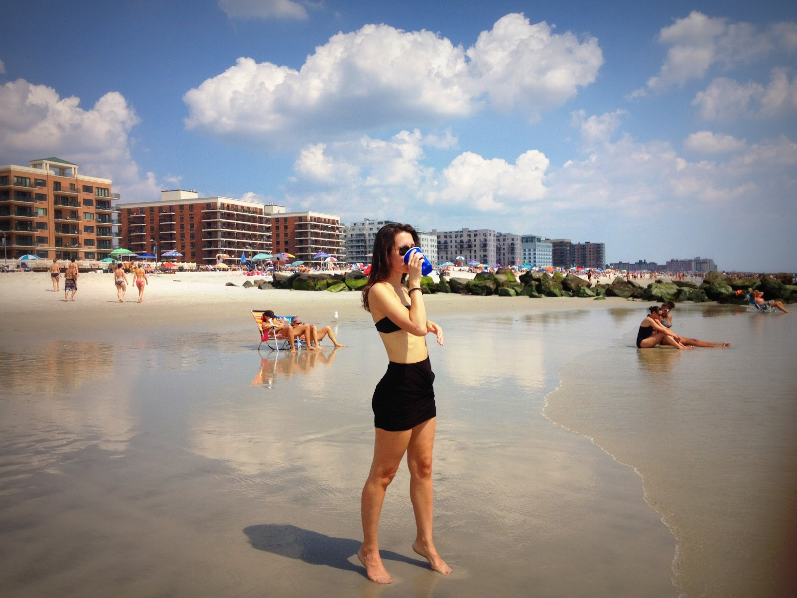 http://4.bp.blogspot.com/-zgJVWK3pVH0/UEa058yjrYI/AAAAAAAAGbI/Qaejj1RPOSY/s1600/the+perfect+beach+outfit+fashion+and+beats+street+style+black+bathing+suit+chloe+white+floppy+hat+h&m+jelly+sandals.JPG
