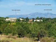 Vistes de la masia El Lladó amb les serres dels Lladres i Queralt al seu darrere