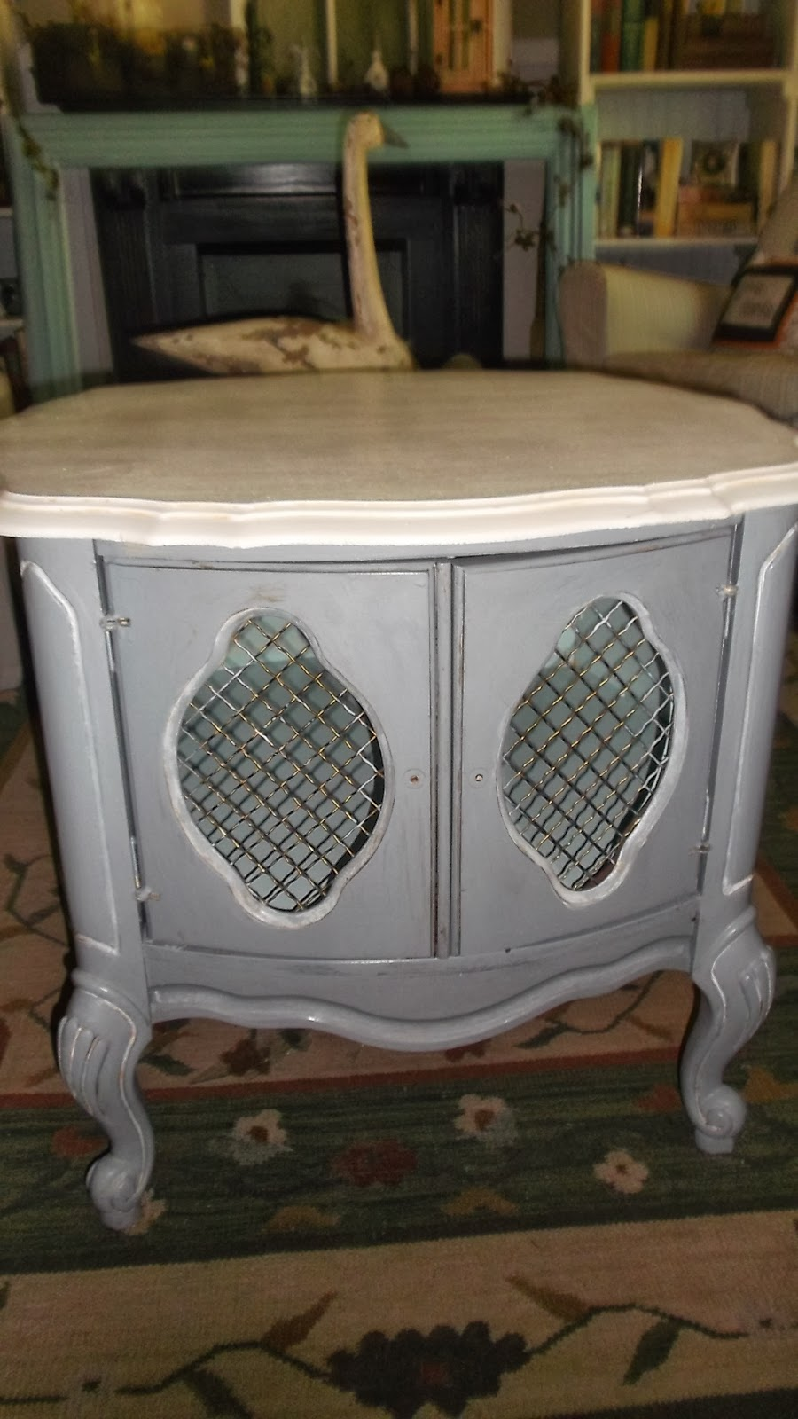 Furniture Project: Beautiful Vintage Round End Table