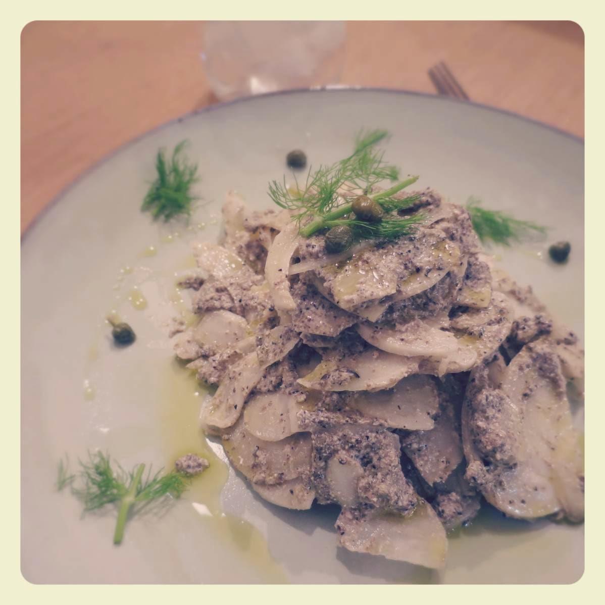 carpaccio di finocchi con olive nere, capperi e tofu