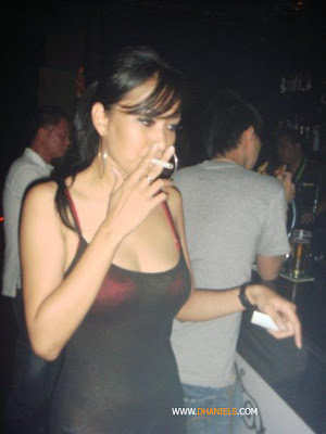 cewek merokok,perempuan merokok, wanita perokok