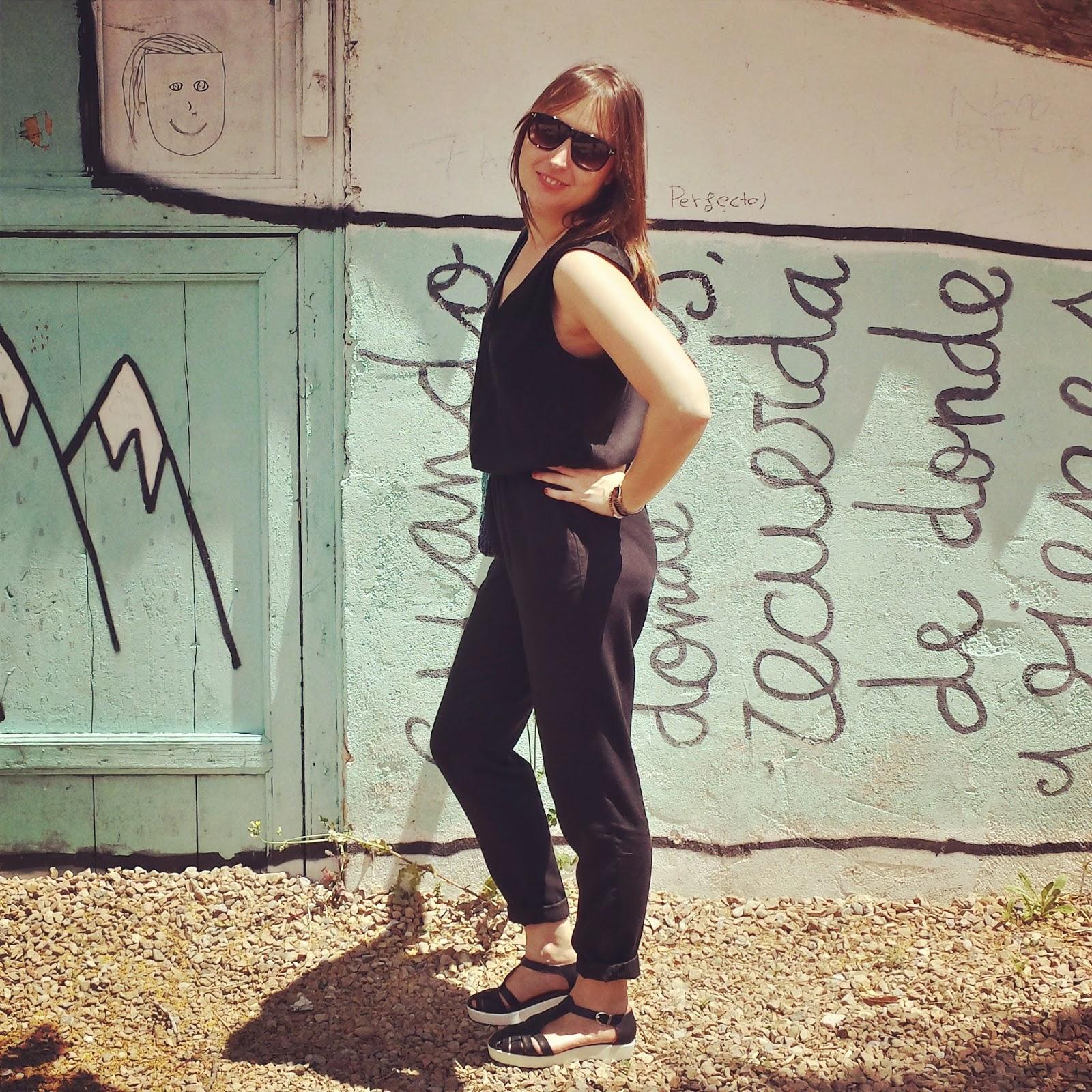 Tendencia de verano, mono o jumpsuit de Mango negro cómodo y versátil, con cangrejeras de Pimkie y bolso de Zara