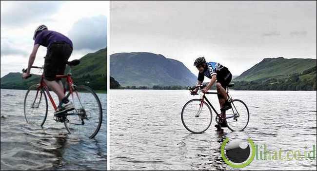 Mengendarai Sepeda di Atas Air Danau