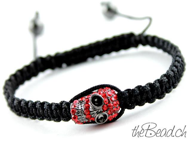 Shamballa Makramee Armband in Schwarz mit rotem Totenkopf
