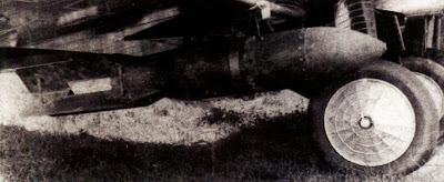 Экспериментальная подвеска 100-килограммовой бомбы под истребителем И-5.