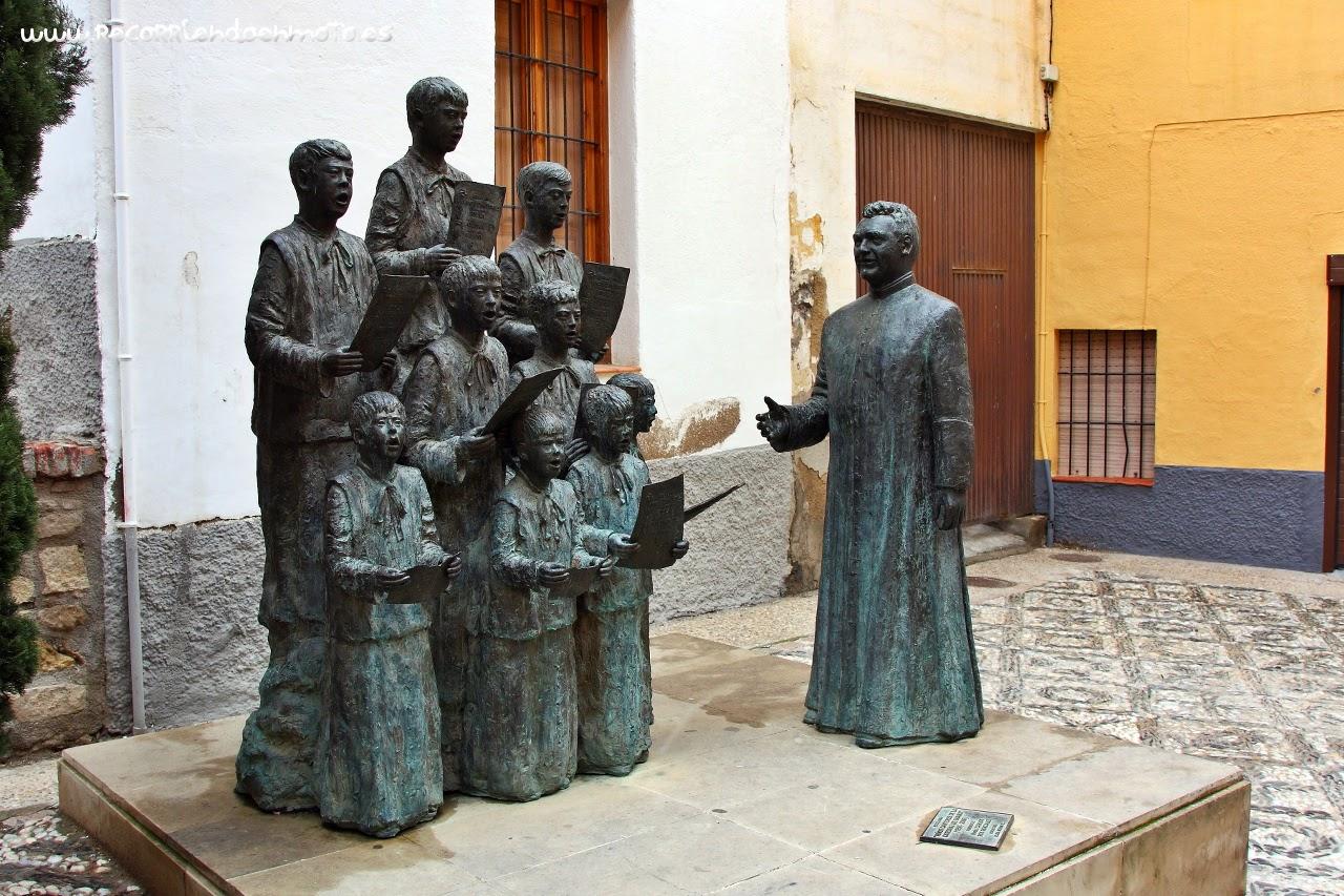 Escultura de los niños cantores de la catedral de Guadix