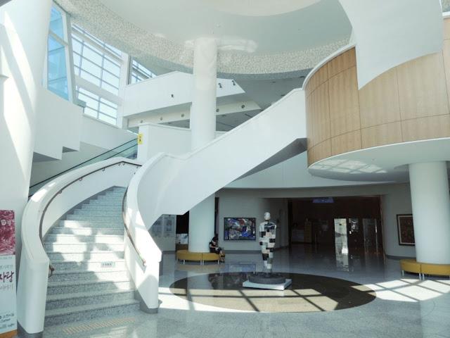 08-Gyeongju-Arts-Center por Samoo-Arquitectos-Ingenieros