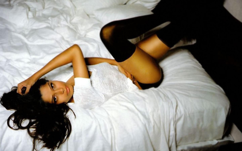 http://4.bp.blogspot.com/-zidsH6pOHOU/T6N0fTvcJMI/AAAAAAAAExI/svf3yI3btRo/s1600/Freida+Pinto+Bikini+(13).jpg