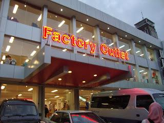 Salah satu Factory Outlet (FO) di Jalan Riau