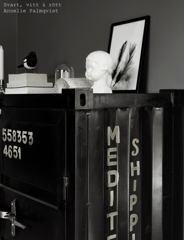 höganäs skulptur, porslinsfigur, skata, handsnidad, vika bok, böcker i inredning, diy, bok, artprint, konsttryck med fjädrar, tavlor vardagsrum, presenttips tavla, glaskupa, vardagsrum, inspiration