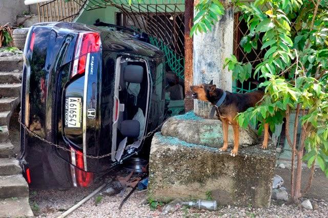 Un carro que transitaba a alta velocidad por la autopista 6 de Noviembre, desde San Cristóbal hacia Santo Domingo se estrelló contra una vivienda, en el sector Las Malvinas de Herrera, luego de cruzar sobre la isleta que divide las vías en la llamada curva de la muerte.