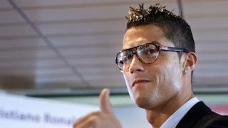 Cristiano Ronaldo es un icono de moda como muestra con el uso de estas gafas