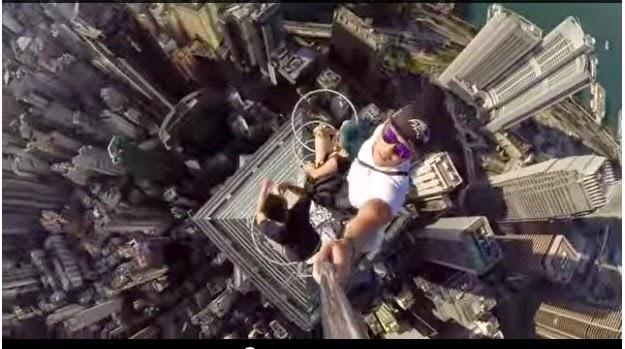 Video Remaja Berselfie di Puncak Bangunan Pencakar Langit