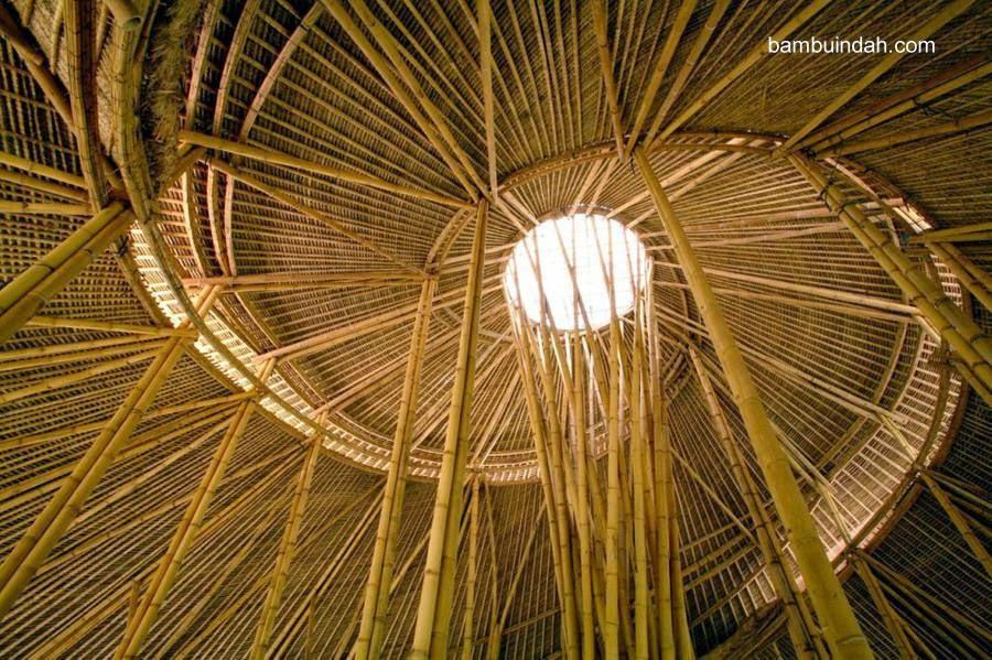 Techo de cañas de bambú construcción artesanal