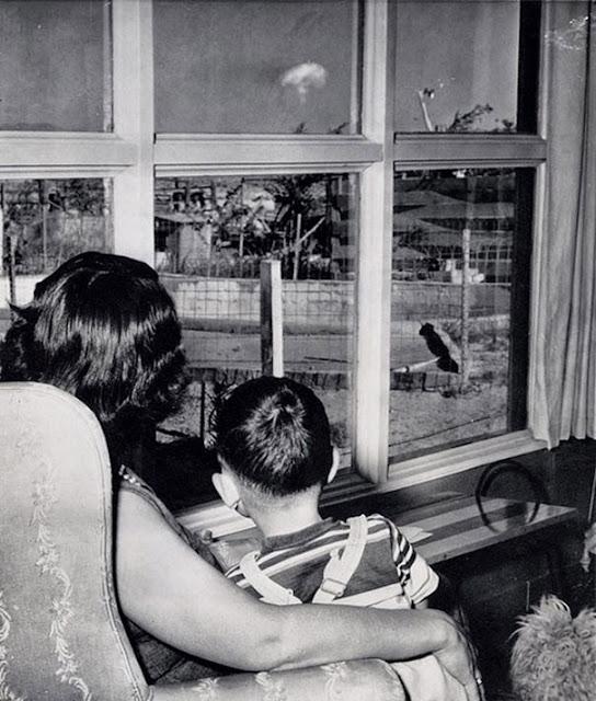 Мама и сын, наблюдающие за атомным грибом после ядерных испытаний, Лас Вегас, 1953 г.