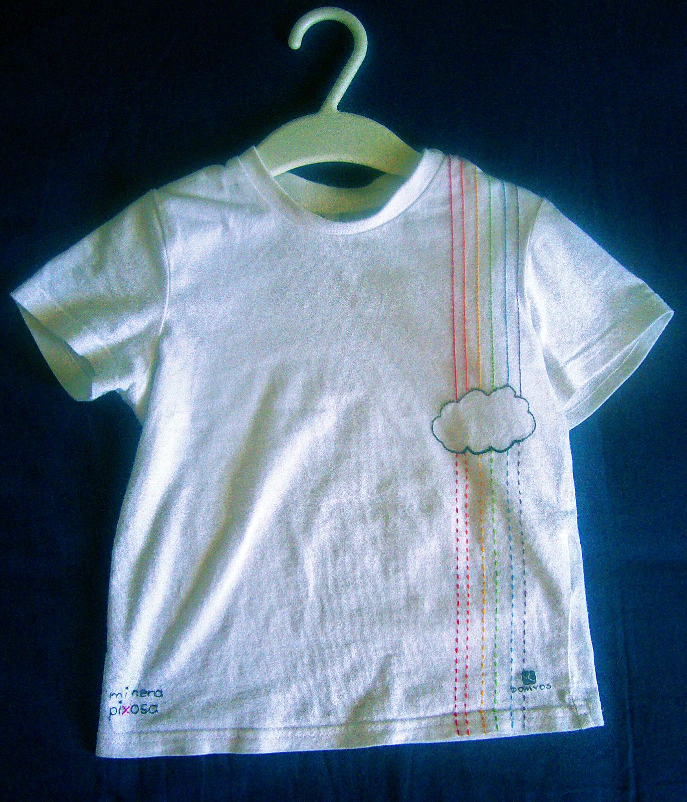 camiseta con bordado de lluvia arcoiris
