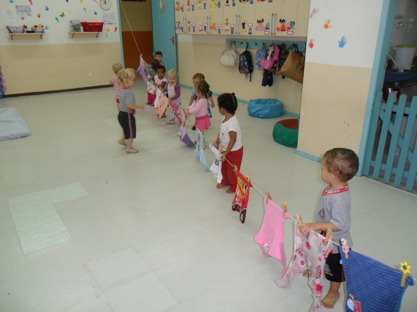 Em sala esticamos um varal com asroupas das crianças. Cada um  #31487C 1600 1200