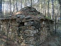 Detall d'un dels àngles i del ràfec de pedres volades de la barraca nº 3