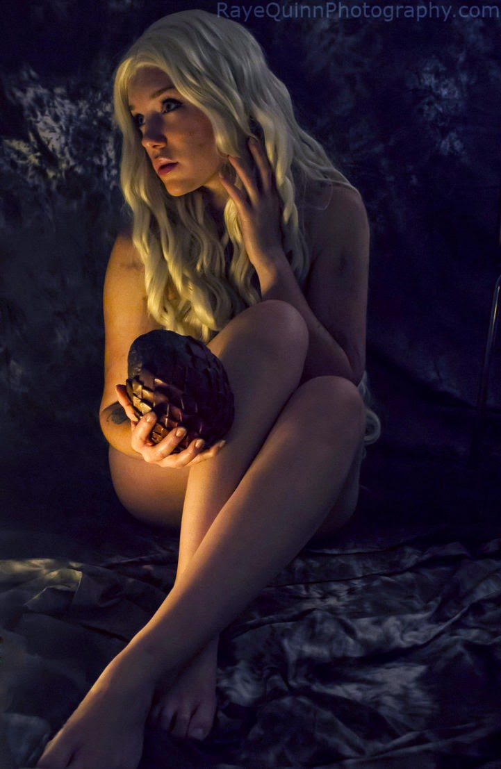 cosplay féminin très sexy et dénudé de daenerys Targaryen