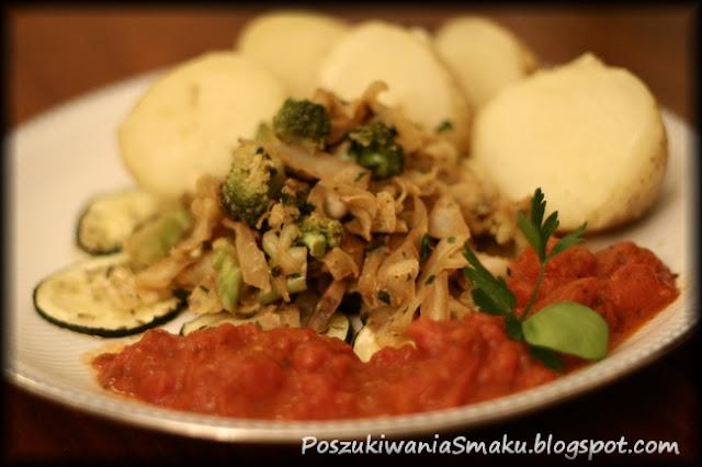Smazona kapusta na cukinii z sosem pomidorowym i ziemniakami