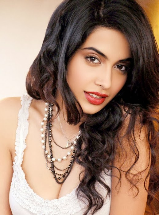 Sarah Jane Dias unseen sexy big huge cleavage visible pics