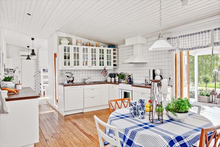 domek letniskowy, domek na wakacje, wakacyjny dom, białe wnętrza, gwiazda, gwiazdka, biała boazeria, wnętrza, biała kuchnia, styl skandynawski
