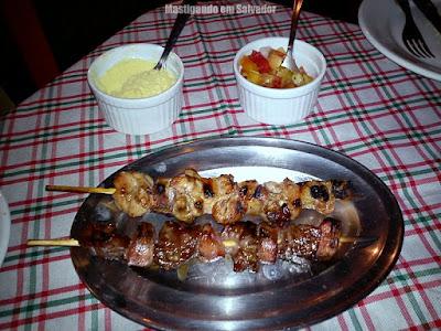 Parrillero: Espetinhos de Carne e de Frango com Farofa e Vinagrete
