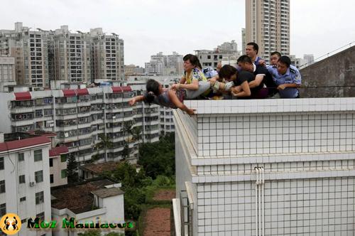 Um família impede uma mulher de saltar de um prédio em Zhanjiang