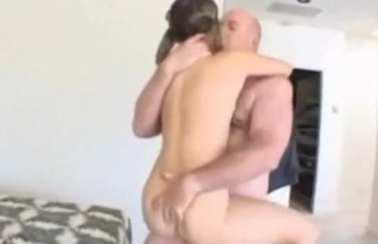 un padre se folla a su propia hija queeeeeeeeeeee