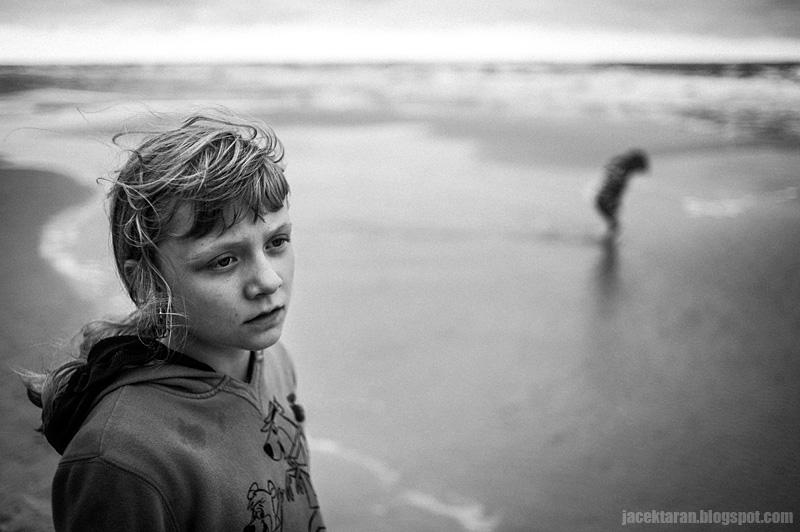 dziecko, plaza, morze, baltyk, fotografia czarno-biala