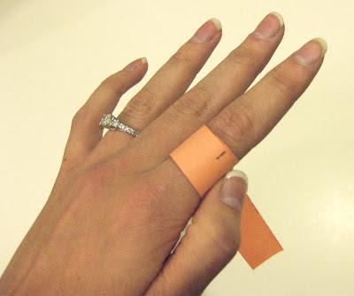 Ukur jari menggunakan kertas