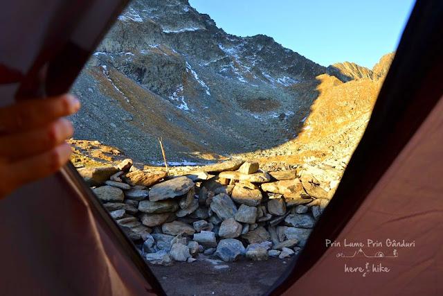 negoiu-peak-hike-tent-at-caltun
