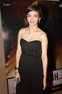 Akshara Haasan with her mom in Black Deep Neck Sleeveless Gown Spicy Pics