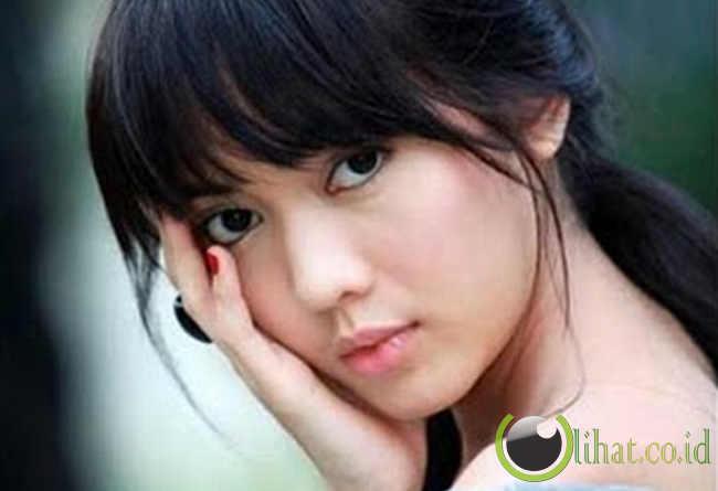 Wanita Jawa berkulit putih, pintar bergaul, dan senyuman yang manis.