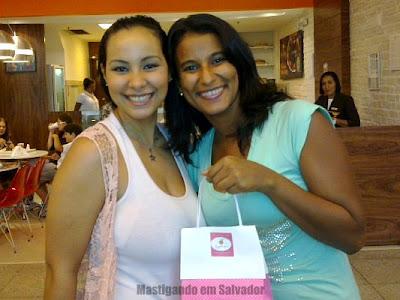 Lorena, da Doceterapia e a nossa leitora Marília, na entrega do prêmio