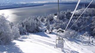 Bariloche coberta de neve no cerro