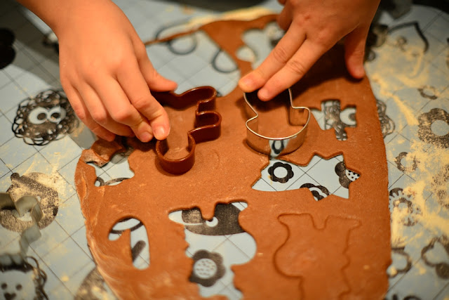 wycinanie ciasta na pierniczki