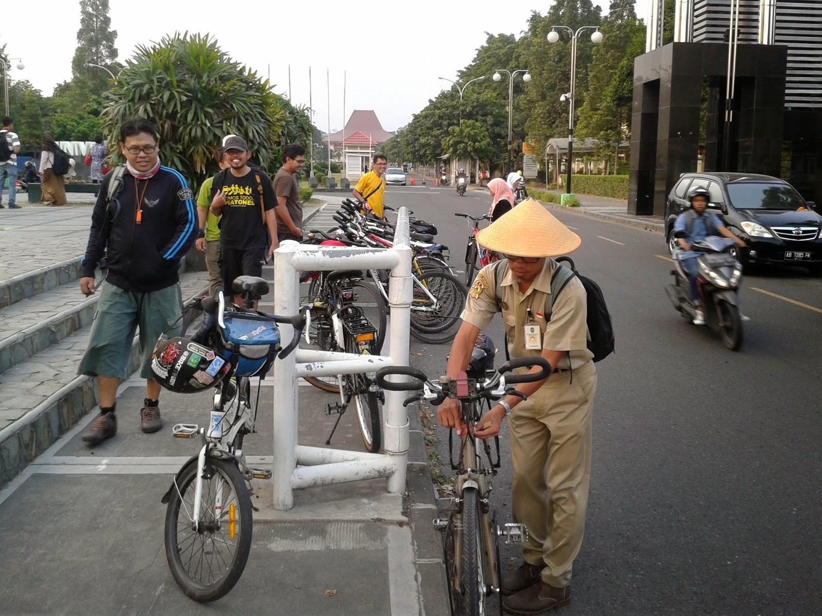 Pak Yo mengambil dua lampu sepeda untuk diserahkan ke maba